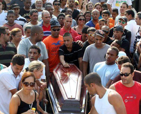 JOVEM14 - RJ - 29/10/2012 - JOVEM/MORTE - CIDADES OE JT - Cortejo com familiares e amigo de Rafael Costa, de 16 anos, no Cemitério de Irajá, na zona norte da cidade. Rafael foi morto a tiros por policiais do 16º BPM (Olaria, na zona norte), depois que o carro que dirigia teve um pneu estourado. Os PMs acharam que era um disparo de arma de fogo e o fuzilaram. Na foto, a mãe de Rafael, Rosana Thomaz (acima). Foto: FABIO MOTTA/ESTADÃO