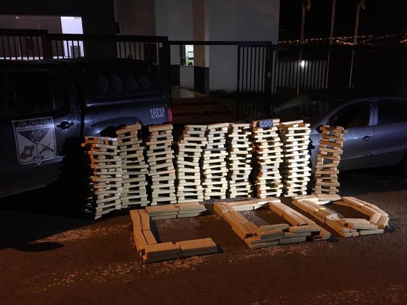 Entorpecente estava no porta-malas e no banco traseiro do veículo (Foto: Divulgação/PM)