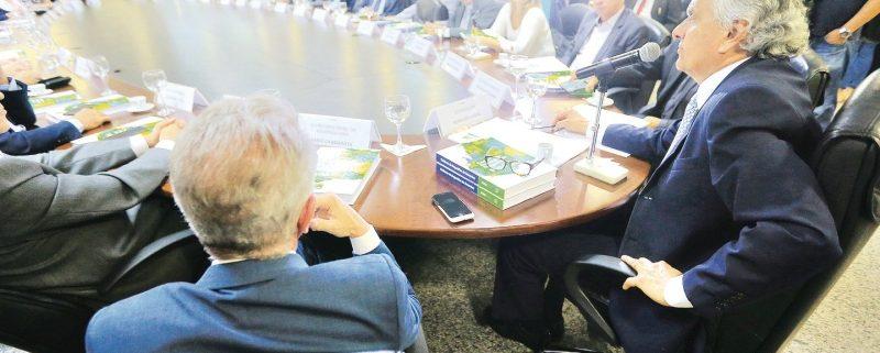 Governador Ronaldo Caiado (DEM), durante reunião ontem com parlamentares da bancada goiana no Congresso (Foto: André Costa / O Popular)